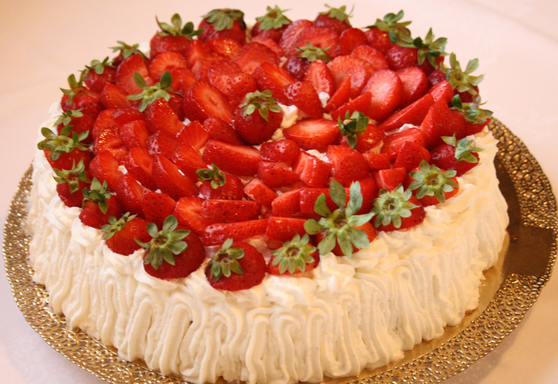 Torta decorata con fragole e panna dolci a casa for Decorazione di torte con fragole